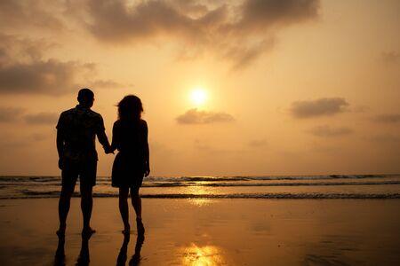 Giovane coppia innamorata sulla spiaggia 14 febbraio, tramonto di San Valentino Goa India vacanza viaggio .travel capodanno in un paese tropicale. concetto di libertà.