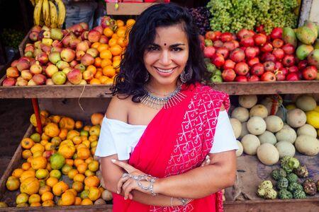 podróżująca dziewczyna sprzedająca na targu ulicznym i kupujący w sklepie z owocami w Indiach Zdjęcie Seryjne