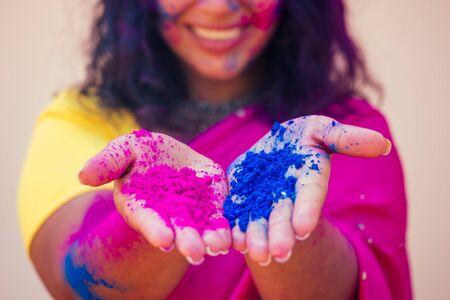 Retrato, de, joven, indio, cara, en, pintura, mujer, en, tradicional, indio, traje rosa, con, joyero, celebrar, holi, color, festival., Niña, con, pelo negro, con, bindi, en, el, cabeza, y, nieve blanca, sonrisa