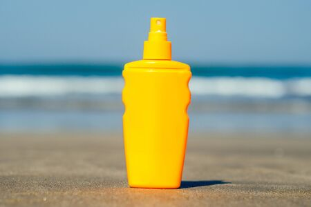bottle of sunscreen on the background of the beach in Asia Imagens