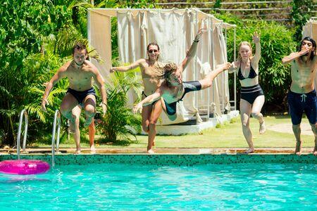 碧蓝色的游泳池朋友在炎热的夏天冷却