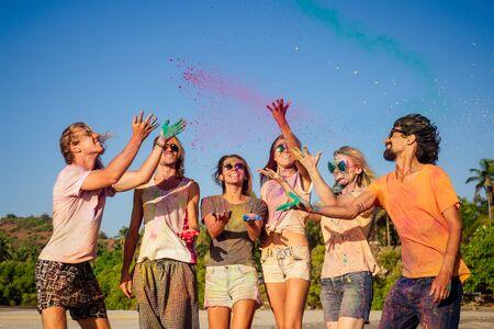 Amis de race mixte s'amusant avec des couleurs sur le bord de mer à l'extérieur à Goa Inde