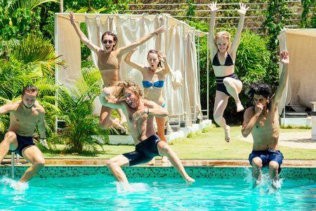 Les amis de la piscine de couleur aigue-marine se détendent en été chaud