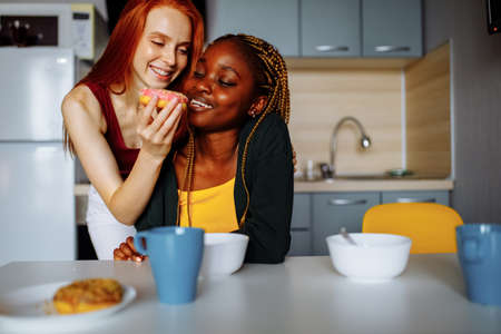 Happy lesbian couple preparing breakfast in the kitchen Stockfoto