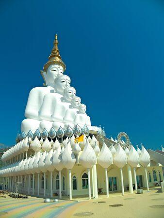 big five: La grande statua cinque Buddha con cielo blu a Wat pha Kaew Sorn Archivio Fotografico