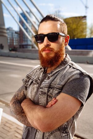 nosering: Bearded hipster wearing sunglasses in the city outdoor