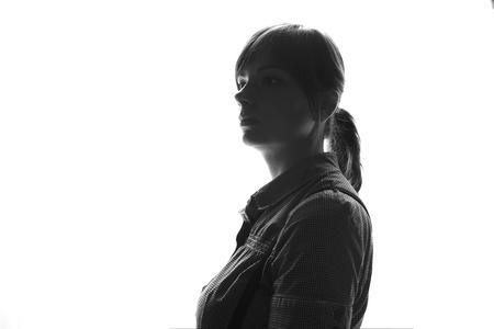 iluminado a contraluz: Retrato cercano para arriba de la mujer joven hermosa cubierta Foto de archivo