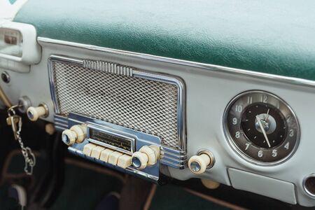 cerca de la radio interior del coche clásico