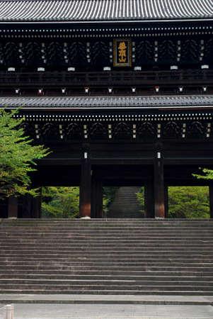 dera: Senmon Gate in Kyoto, Japan