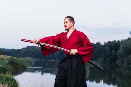 samourai: Man in ethnique samoura�s japonais uniforme de v�tements avec �p�e katana portrait