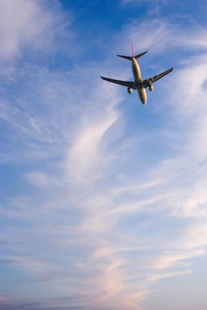 vliegtuig vliegt weg op de achtergrond avondlucht