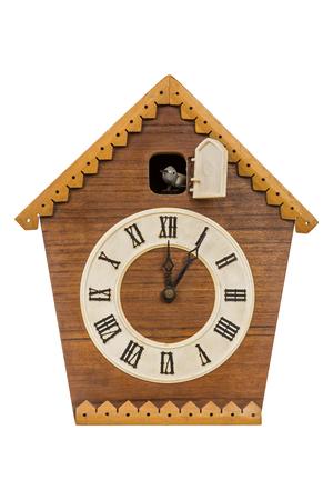 Vecchio orologio a cucù isolato su sfondo bianco