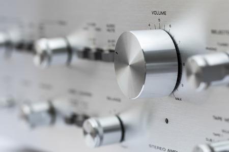 Gros plan de l'amplificateur stéréo Vintage