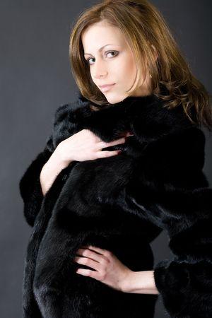 mink: La giovane bella ragazza in un cappotto di pelliccia di visone nero
