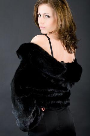 nerts: De jonge mooi meisje in een zwarte nerts bont jas
