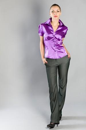 blusa: Retrato de la joven Morena hermosa sobre un fondo gris