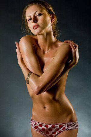 desnudo artistico: hermosa joven con agua cae en un cuerpo