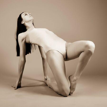 La joven gimnasta hermosa en la formación. El maestro de deportes. Foto de archivo - 12300752