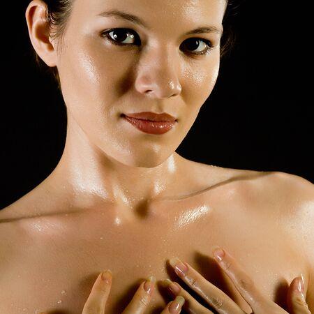 desnudo artistico: hermosa joven con gotas de agua sobre un cuerpo Foto de archivo