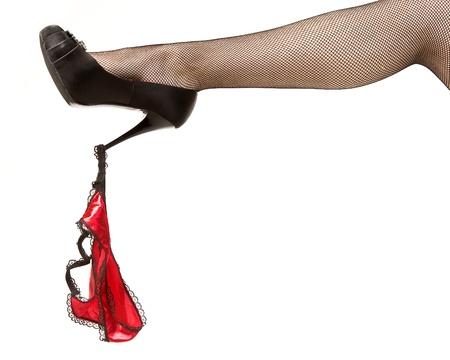 Attrayants pieds féminins et des pantalons rouges. Femme Isolé sur fond blanc Banque d'images