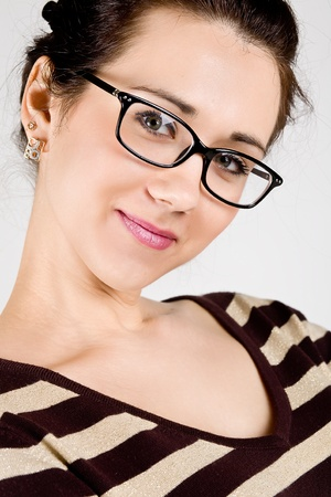 glass eye: mujer joven y atractiva con gafas
