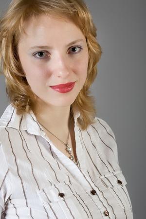 big boobs: atractiva joven sobre un fondo gris