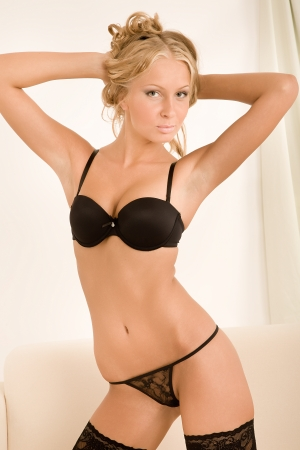 mujer desnuda: joven y bella mujer en ropa interior negro Foto de archivo