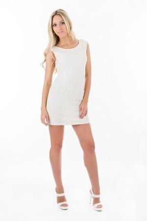 vestido corto: Atractiva rubia en vestido corto blanco