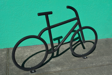 Bike stand sculpture bicycle parking graphic city metal green wall , bike symbol Stockfoto