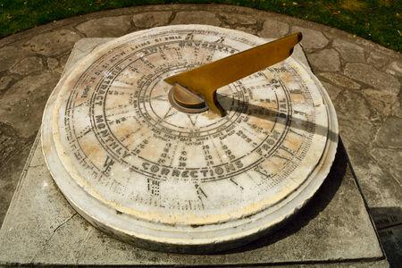 reloj de sol: Reloj de sol de la vendimia hecha de bronce y mármol. Foto de archivo