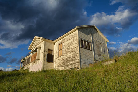 Abandoned home at the top of a hill. Stockfoto