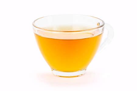 特写镜头玻璃杯子在与裁减路线的白色背景隔绝的姜黄草本茶。健康饮料概念。