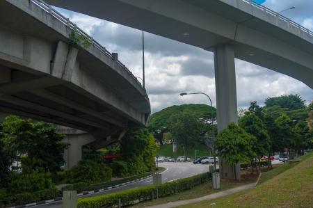 flyover: Gebogen Flyover en weg-Overhead brug - Uitzicht vanaf onderkant