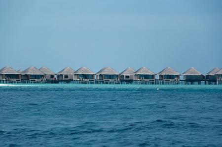thalasso: Belle magnifique Pavillon de l'eau dans la mer aux Maldives Éditoriale