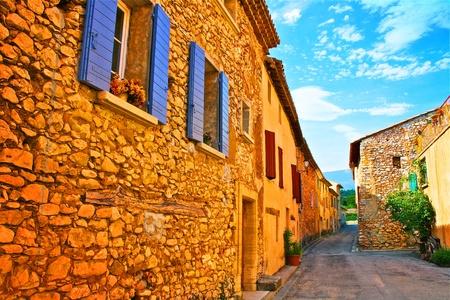 村の通りでフランスのプロヴァンス 写真素材