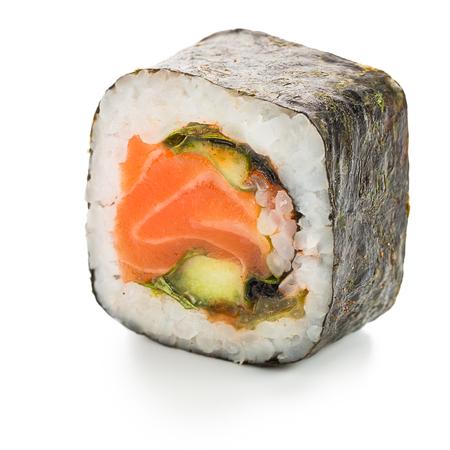 japanese sake: syake picante rollo hosomaki japonés rellena de salmón Foto de archivo