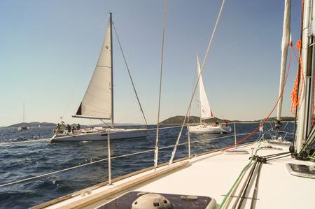deportes nauticos: parte de la cubierta de barco con un mástil