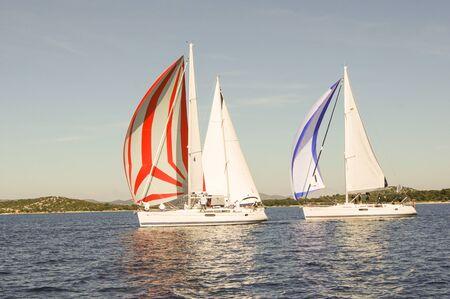 deportes nauticos: tres yates que navegan en un movimiento tranquilo Foto de archivo