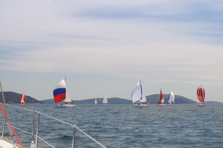 deportes nauticos: parade of yachts with colorful sails after the race Foto de archivo