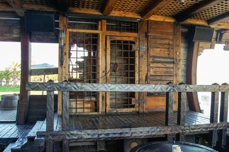 rejas de hierro: bares plataforma y hierro de madera en el interior