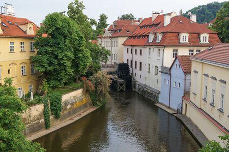 molino de agua: rueda de molino de agua en un canal de la ciudad Foto de archivo