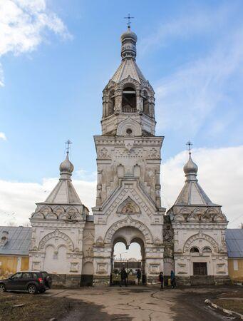 monasteri: L'ingresso principale al monastero Desyatinny. antichi monasteri e chiese di Novgorod il grande. Archivio Fotografico