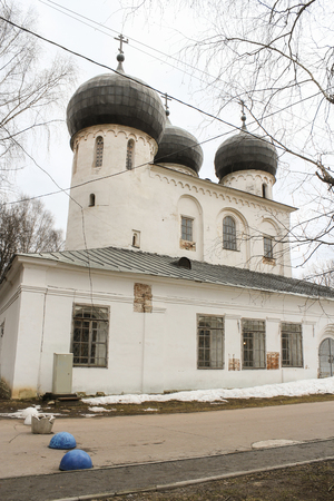 monasteri: Black domes of the monasterys cathedral. Ancient monasteries and churches of Novgorod the Great.