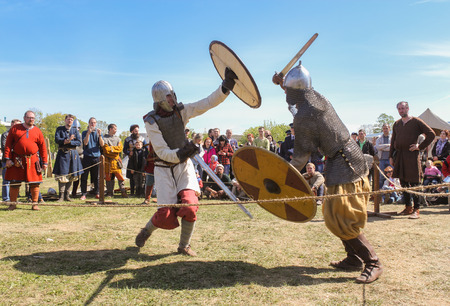 Battle of the ancient Vikings in armor. Knight tournament at the festival of the ancient Vikings in St. Petersburg. Petersburg. 新聞圖片