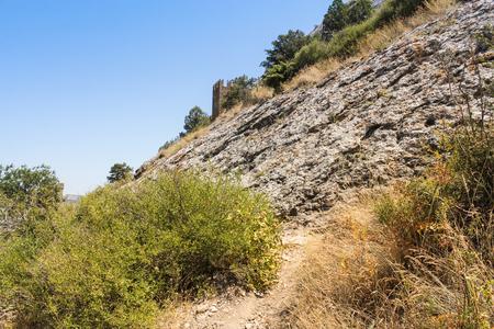 岩だらけの斜面。Sudak 市近くのジェノバの古代要塞。