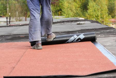 屋根は、ソフト盛土材料で動作します。 写真素材 - 89126871