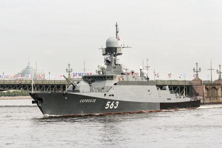Festliche Parade von Kriegsschiffe auf der Newa in St. Petersburg