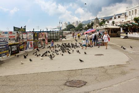 People walk along the embankment of Yalta. 新聞圖片
