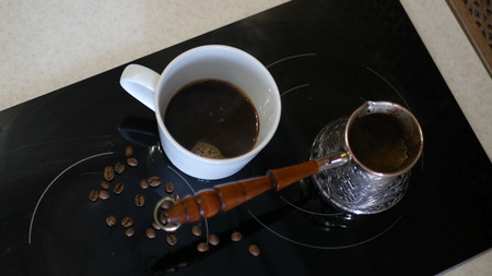 A delicious aromatic coffee is on the stove brewed. HD Imagens