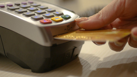 Insert the credit card into the terminal and press the pin code to complete the purchase. HD 스톡 콘텐츠